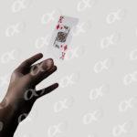 Une main lançant une carte