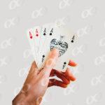 Une main tenant des cartes