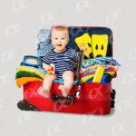 Valises avec bébé en tenue de vacances