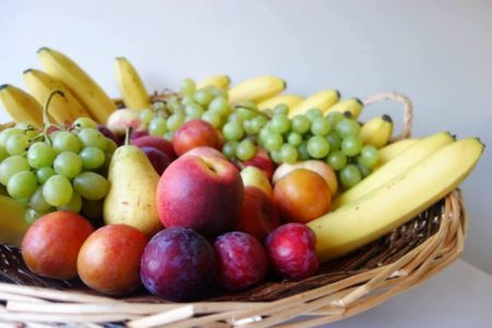 Nous allons donner plus de couleurs à ce panier de fruits