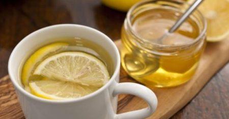 Mélanger du citron avec de l'eau chaude et du miel est une bonne idée pour éviter les problèmes gastriques