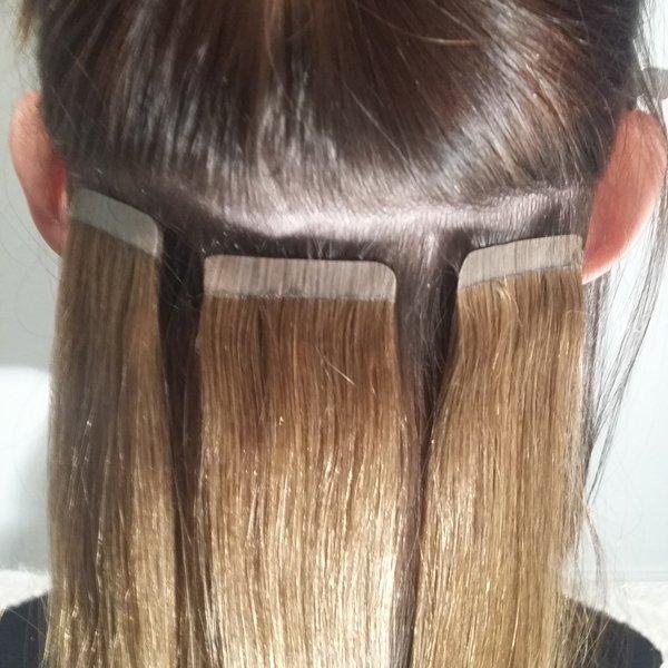 Les extensions adhésives sont faciles à poser et s'adaptent à vos cheveux naturels!