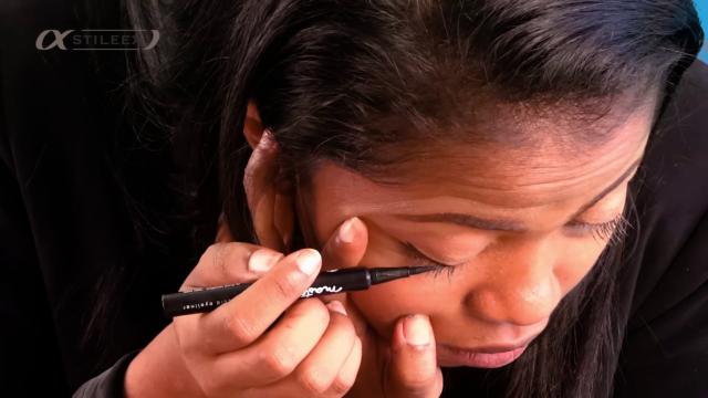 Tracez votre eyeliner en partant du milieu de l'oeil