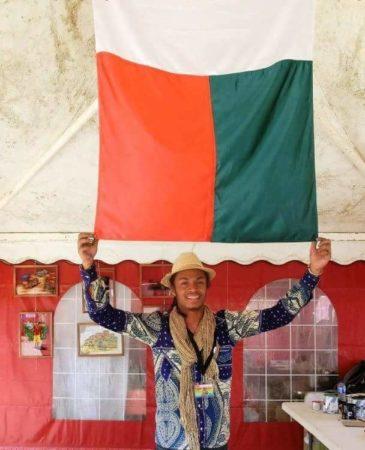 Un jeune peintre qui puise son inspiration dans la scène de vie malagasy