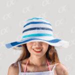 Femme avec un chapeau de vacances