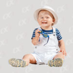 Un bebe en tenue de vacances