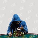 Un homme a capuche sur une table de poker