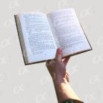 Un livre ouvert tenue par une main