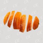 Une orange coupee en tranches, vue horizontale