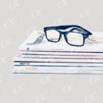 Un tas de magazines et des lunettes
