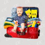 Valises avec bebe en tenue de vacances