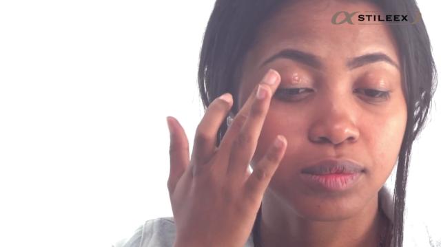 Pour un joli fard pour votre maquillage mariage pour peau foncée, appliquez une base