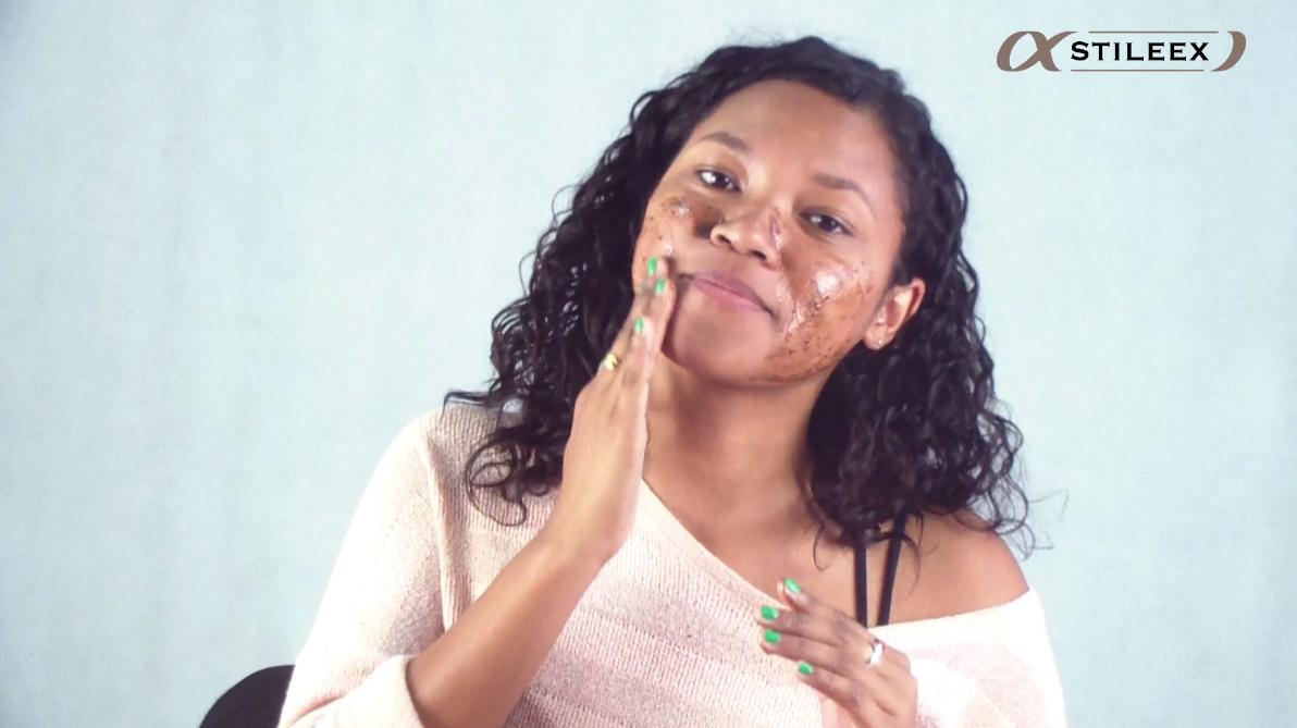 Appliquez le masque au chocolat sur le visage avec des gestes circulaires avec vos doigts