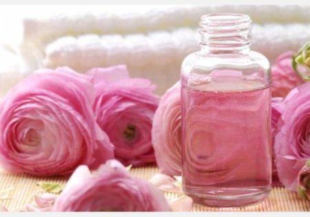 En plus de sentir bon, l'eau de rose agit très positivement sur la peau