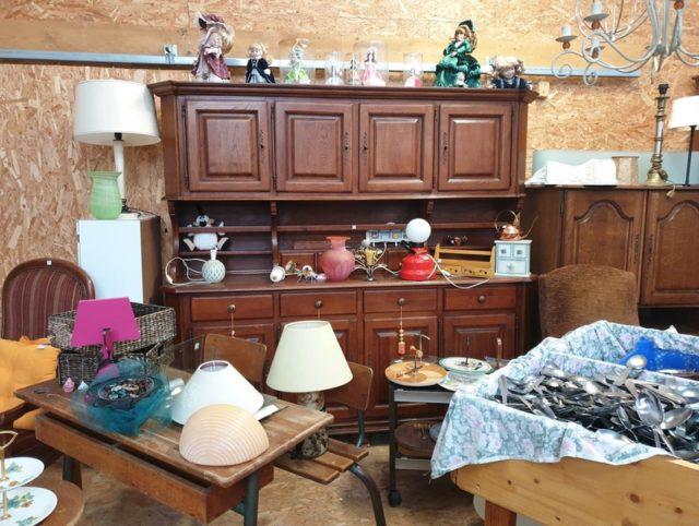Les meubles d'occasion sont les plus vendus et les plus achetés dans un brocante ou vide-grenier à Madagascar