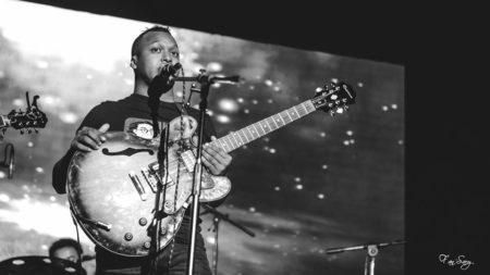 Princia à la guitare électrique. Il donne également des cours de guitare pour ceux qui sont intéressés! Copyright Fan'Sary