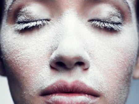 Saupoudrer du talc sur la peau élimine l'excès de sébum