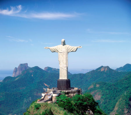 Appelé aussi Christ du Corcovado, monument situé au cœur du parc national de la forêt de Tijuca, au Brésil