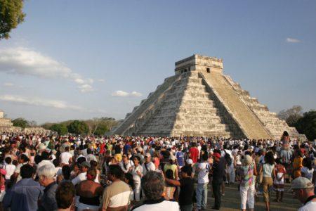 Ici, nous pouvons voir la cohue de touristes que peut susciter la Pyramide de Kukulcán, monument remarquable du site