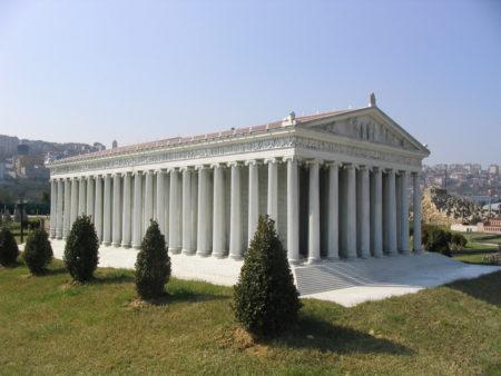 Ci-contre, une reconstitution du temple visible à Miniatürk Park, Istanbul