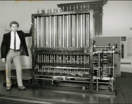Charles Babbage avec sa machine analytique, une des inventions à l'origine de l'informatique
