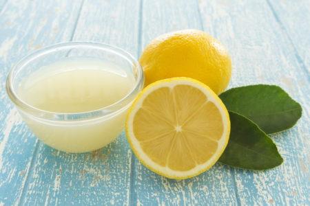 Appliquer du jus de citron sur votre cuir chevelu réduit la présence de pellicule