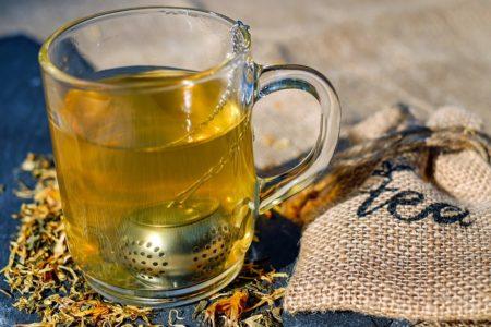 Boire du thé de pervenche nous procure d'innombrables avantages pour notre corps