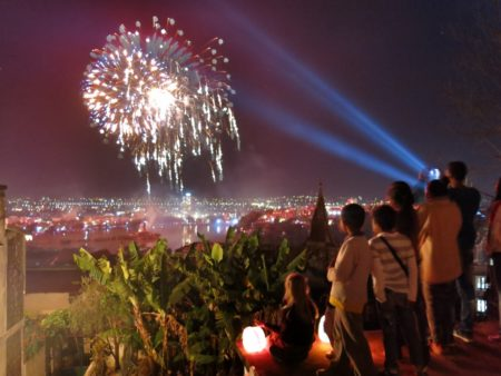 Assister aux traditionnels feux d'artifice reste un must pour les Malgaches