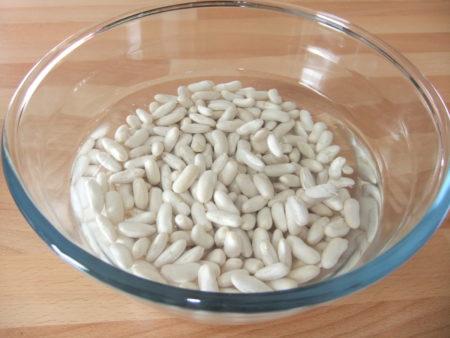 Laissez reposer les haricots blancs dans un saladier pour remédier à ses effets néfastes