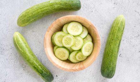Écrasez quelques tranches de concombre pour vos lèvres