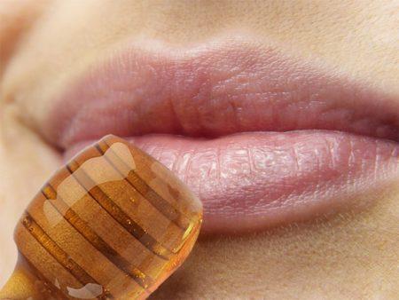 Le miel mélanger avec du sucre permet d'exfolier les lèvres