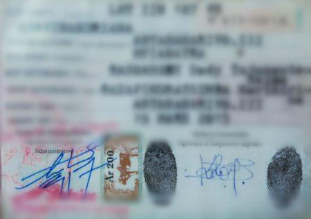 La signature fait partie des étapes pour obtenir sa carté d'identité nationale à Madagascar
