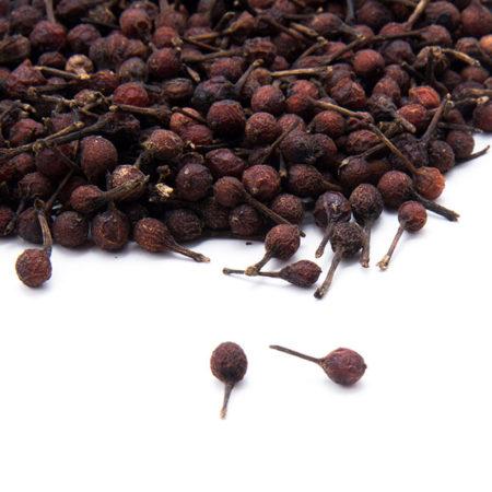 Le poivre rouge aussi dit  «voatsiperifery» cultivé exclusivement à Madagascar, apporte un parfum incomparable aux plats