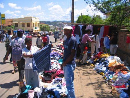 À Madagascar, on peut passer des heures chez les marchands de friperies
