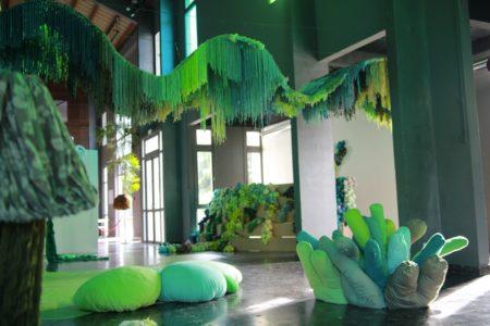 Cette œuvre intitulée  «terrain vague à usage poétique» a été réalisée à partir de différentes matières recyclées