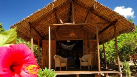 Même les complexes hôteliers reçoivent leurs hôtes dans des bungalows fabriqués avec des matières végétales