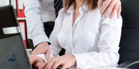 Le harcèlement sexuel peut se manifester par quelques gestes légèrement déplacés