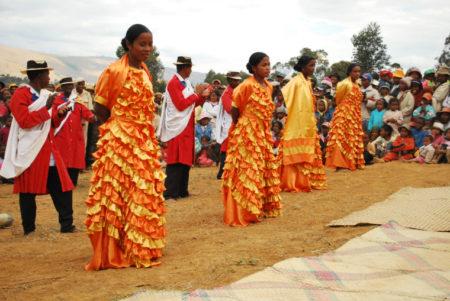 Les hommes portent toujours des chapeaux tandis que les femmes sont vêtues de robes longues pendant les spectacles de hira gasy