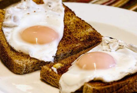 Mangez un œuf pour le petit déjeuner, cela va vous donner de la force pour affronter la journée
