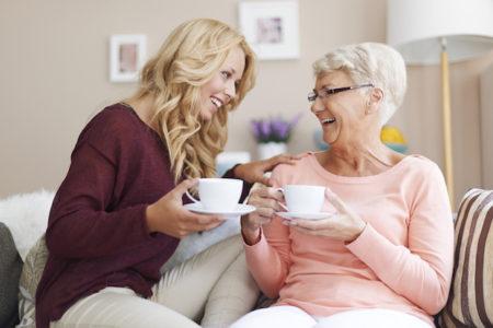 Entretenir des liens sociaux est un bon moyen pour prendre soin du cerveau
