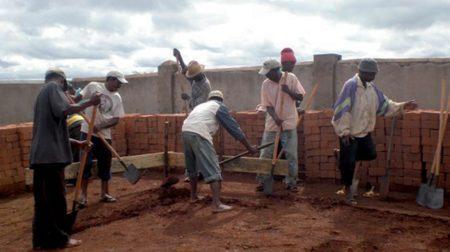 Creuser les fondations est une étape très importante dans les rituels de construction de maison à Madagascar