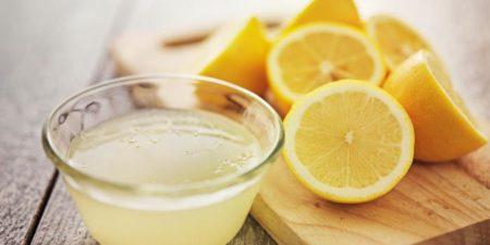 Une tasse d'eau chaude et du jus de citron sont également un allié minceur