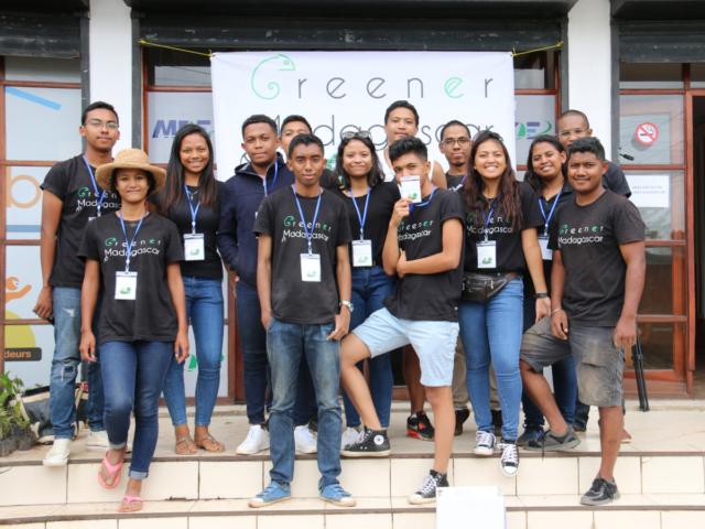 Onjatiana Rajaobelina (tout à gauche) et l'équipe de Greener Madagascar