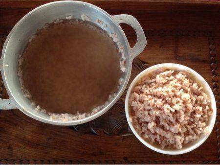 Une fois votre riz cuit, versez de l'eau et laissez chauffer (sans bouillir) pour obtenir le délicieux ranon'ampango ou rano vola, une des plus anciennes habitudes alimentaires à Madagascar