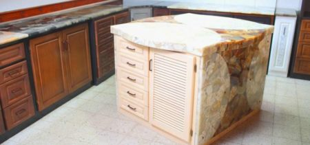 Meubles de rangement, de cuisine, literie et articles de décoration sont au rendez-vous chez Hazovato