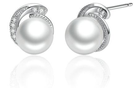Une paire de boucles d'oreilles en argent sertie de quelques cristaux blancs qui encerclent une perle d'eau douce blanche: à la fois classiques et élégantes pour une sortie au restaurant.