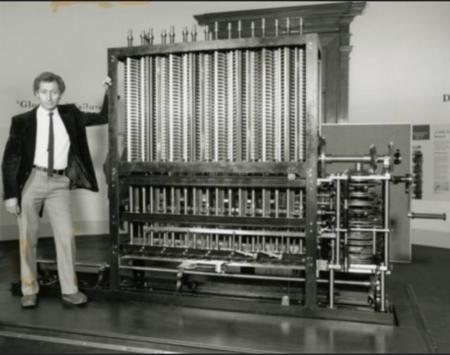 Charles Babbage se svým analytickým strojem, jedním z vynálezů informatiky