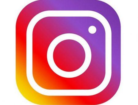 Logo Instagram je snadno rozpoznatelné: fotoaparát v duhové barvě