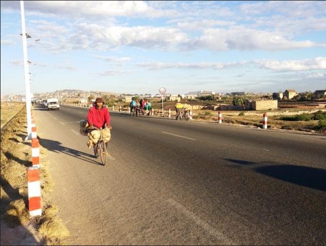 Los alegres paseantes matutinos en la carretera de circunvalación. ¡Eh, chicos!