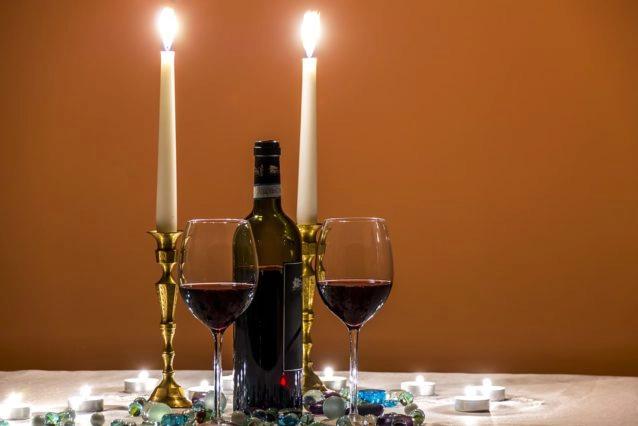 Cena a la luz de las velas, una cita obligada para una cena romántica de San Valentín.
